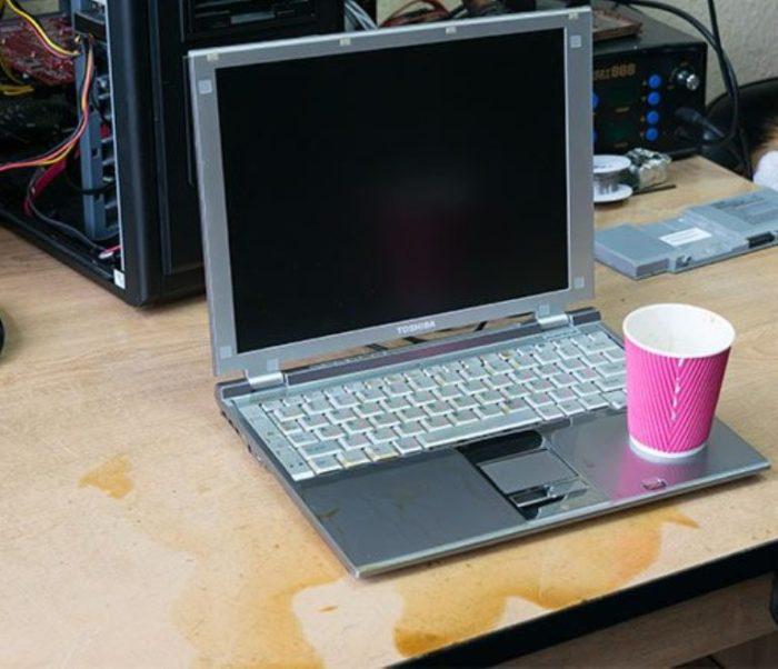Залили ноутбук, не включается